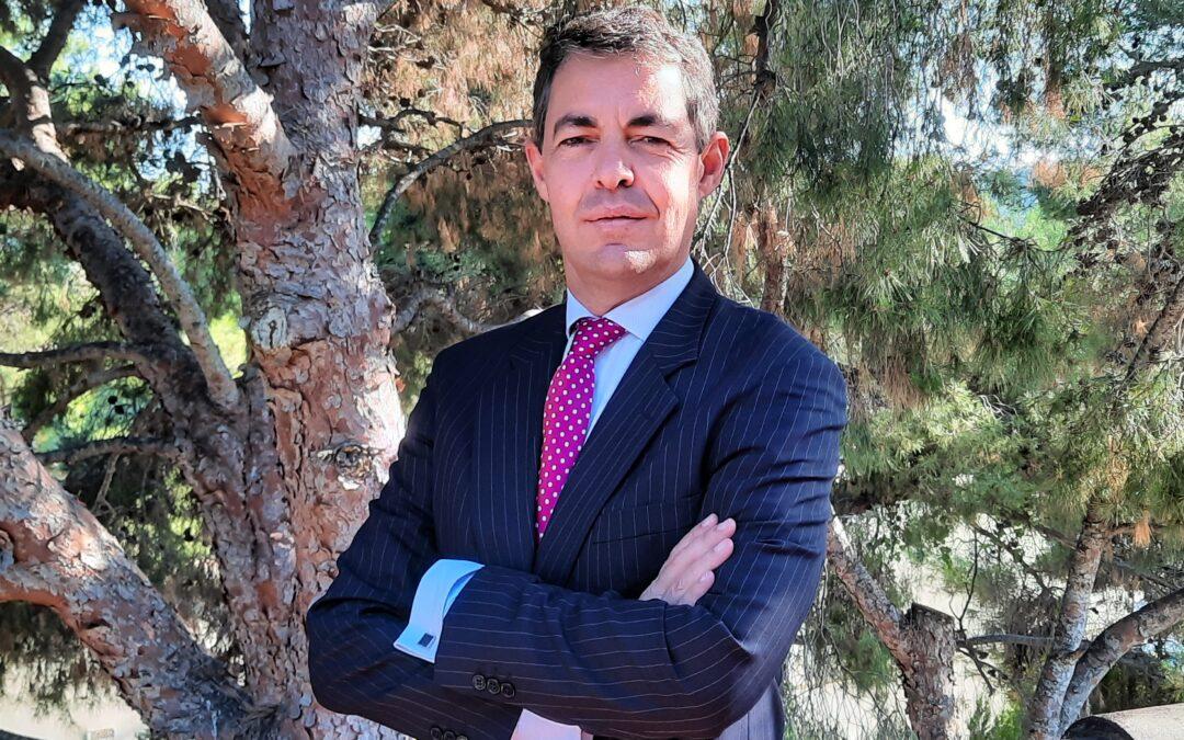 Tomás Vázquez Lépinette, acreditado como catedrático de Derecho Mercantil